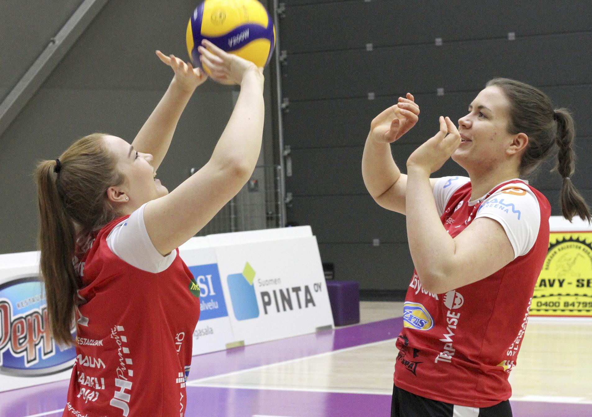 Roosa Laakkonen ja Ronja Heikkiniemi kuuluvat kauden 2020–21 tähdistöön. Kuva: Pertti Flinck