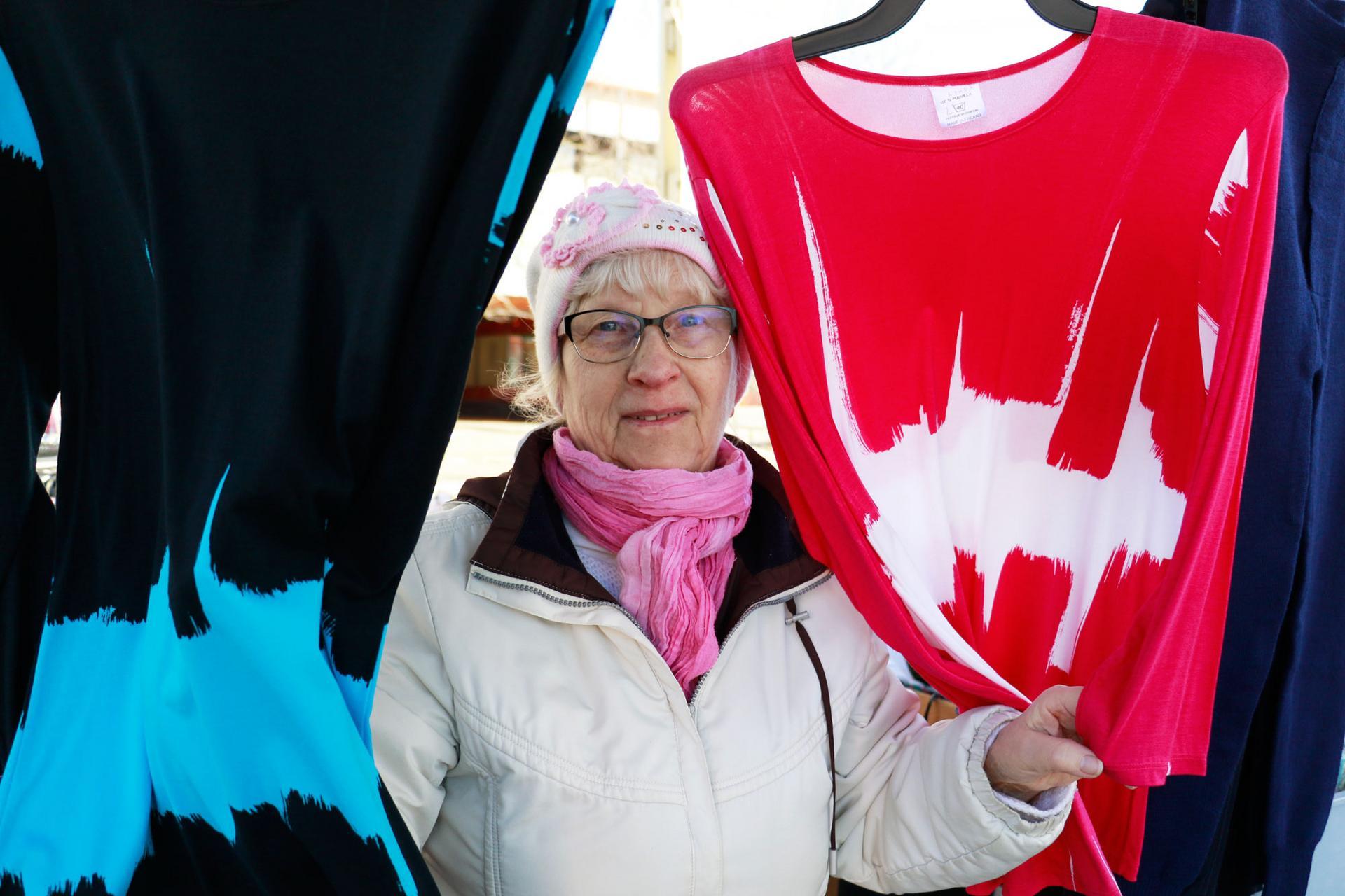 Tuula Kanerva myy torilla muun muassa itse ompelemiaan trikoopaitoja.