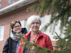 Terveydenhoitajat Laura Kuusinen (takana) ja Marita Taipale ovat huomanneet, että luonnon ja liikunnan merkitys on korona-aikana kasvanut monessa lapsiperheessä.