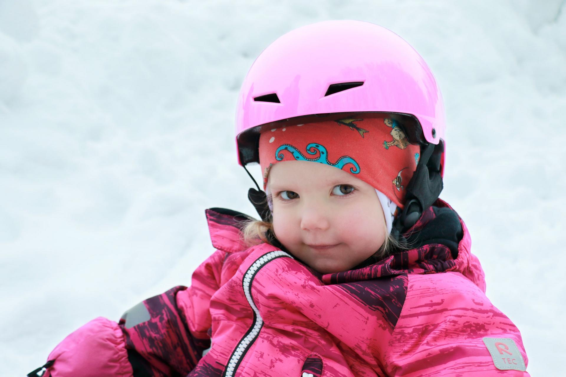 Alissa Ahonen aloitti viikon ulkoilut luistelemalla Suoraman koulun kentällä.