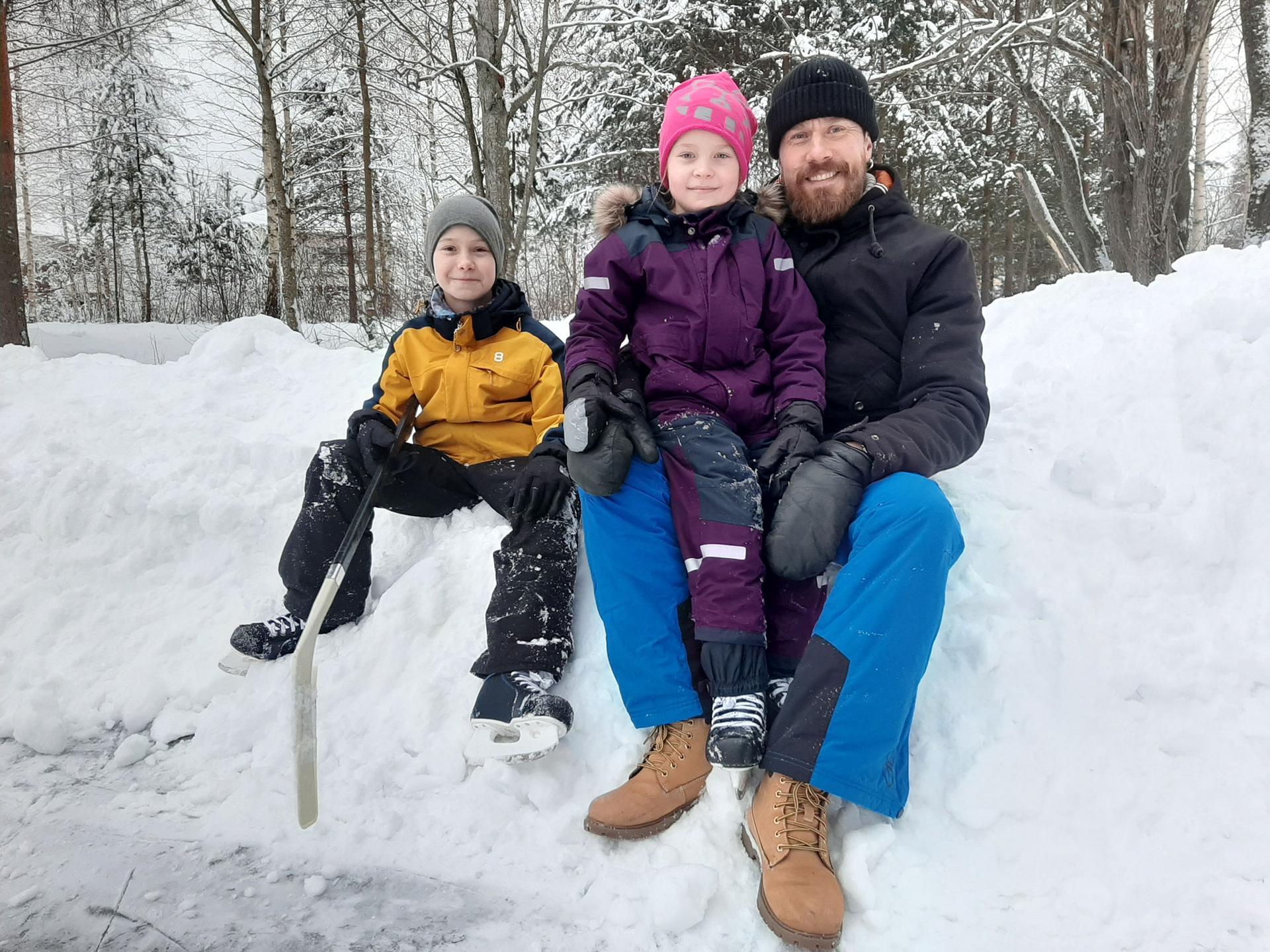 Juha Mäkelä oli lastensa Oivan ja Ilmin kanssa luistelemassa Suoraman koulun kentällä maanantaina. Juha Mäkelä lähettää terveiset kollegalleen Kari Luomaharjulle, jota Mäkelä sanoo arvostavansa myös rumpalina.