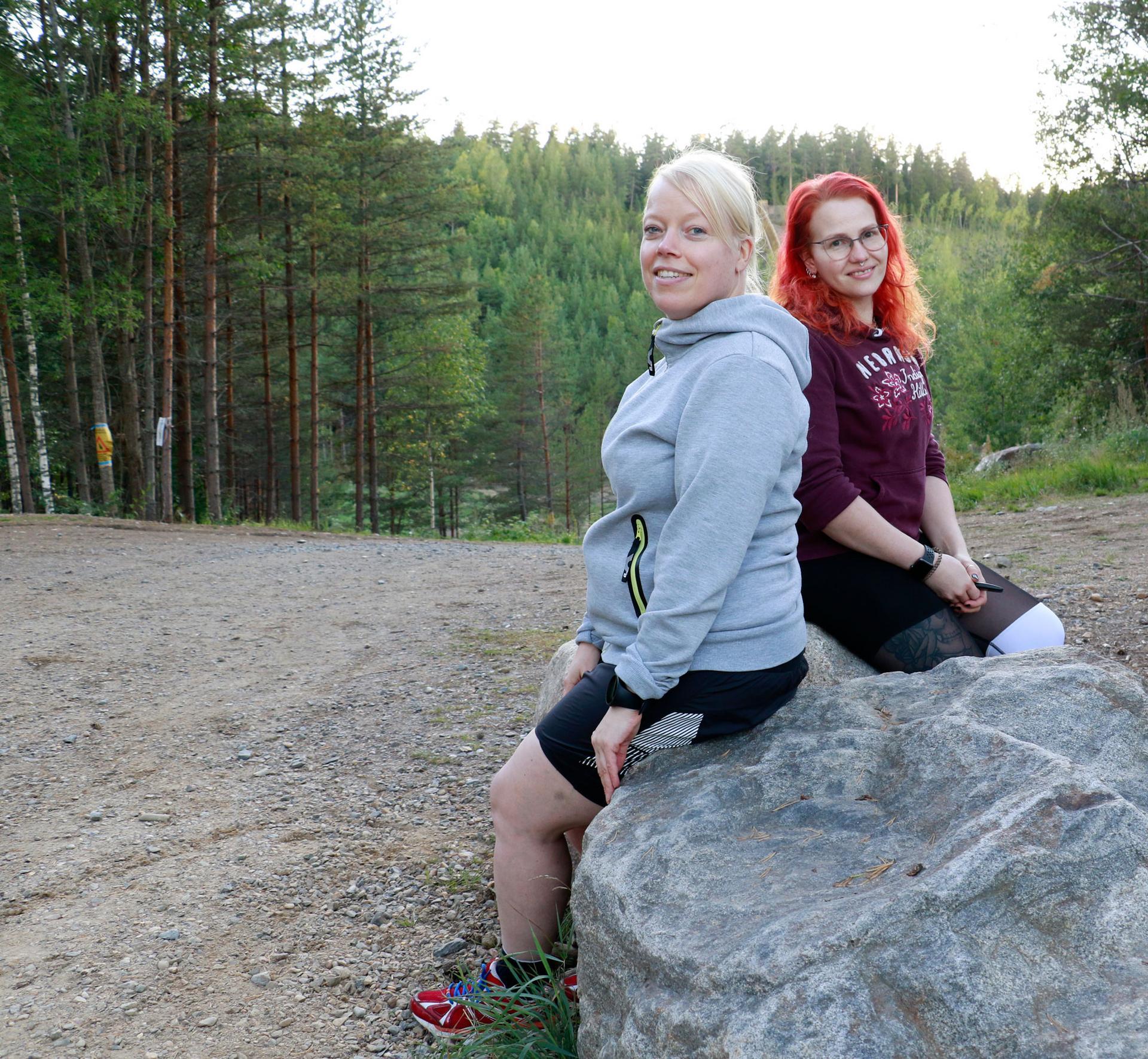 Katriina Pirskanen ja Johanna Sivula kävivät maanantaina ulkoilemassa Sorolan montun maisemissa.