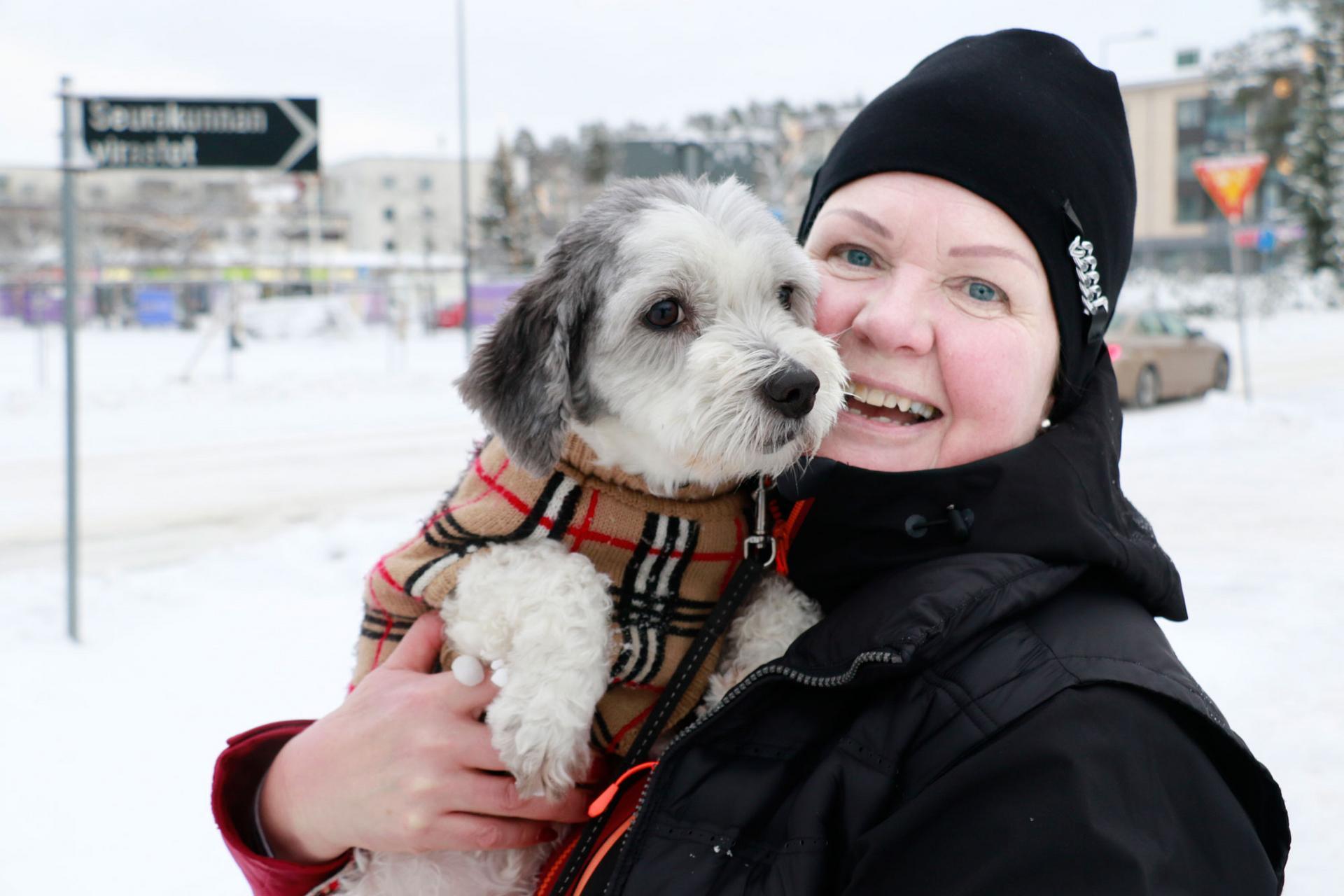 Kuusivuotias Tyyne-koira huolehtii, että Sirpa Urpunen ulkoilee säännöllisesti.