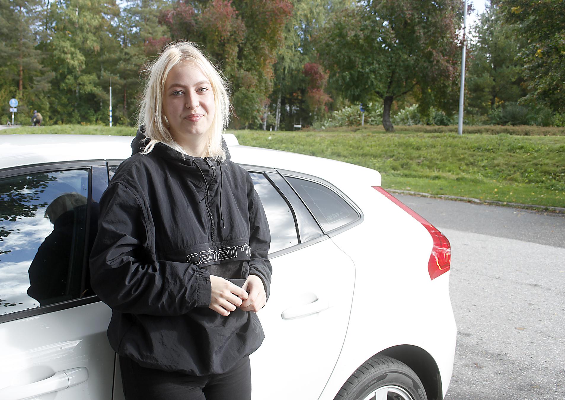 Kiia Pöllänen matkalla noutamaan merkonomin papereita Valkeakosken ammattiopistosta. Kuva: Sari Heliövaara