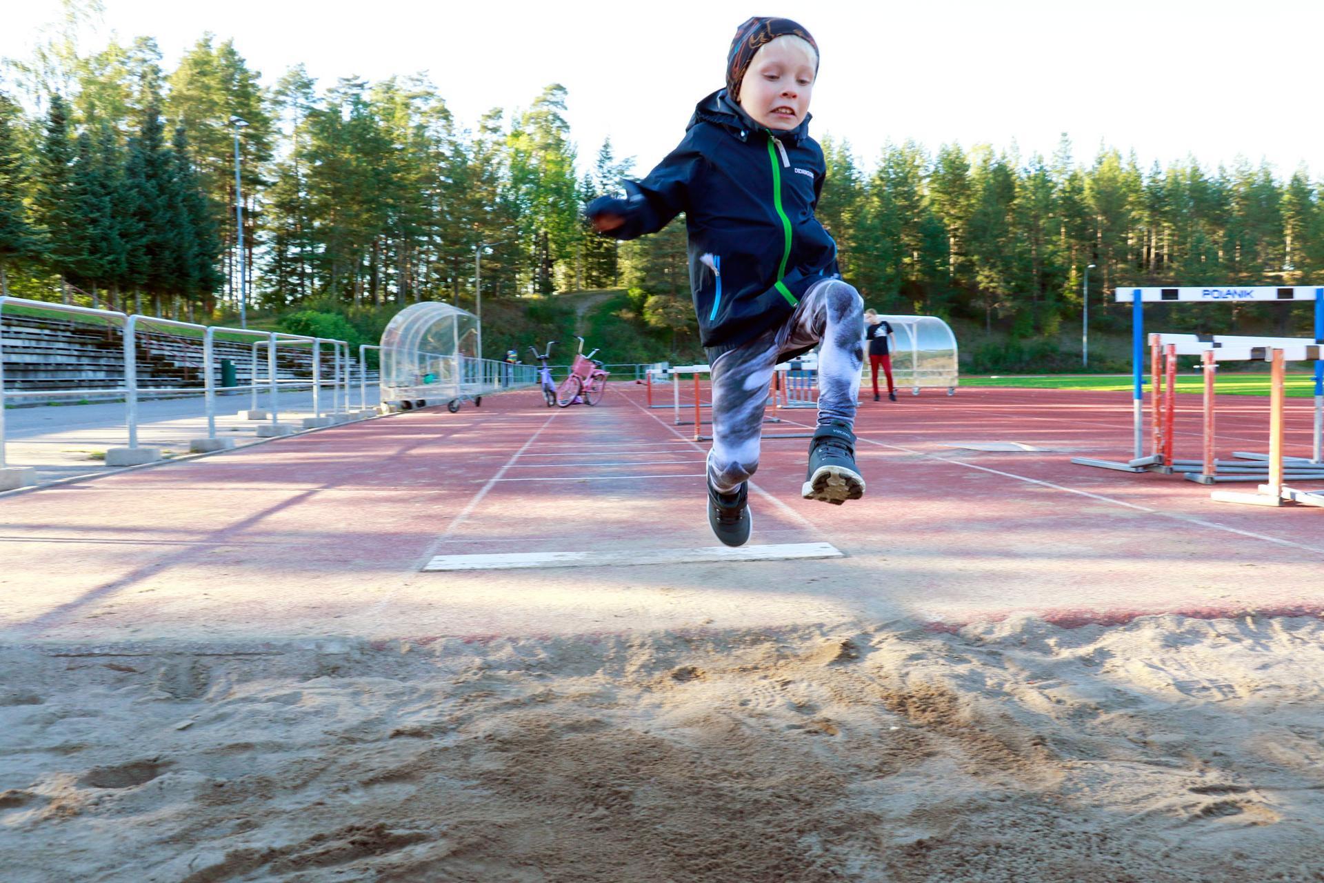Aaro Heikkinen leiskautti komean hypyn Kyötikkälän urheilukentällä sunnuntaina.