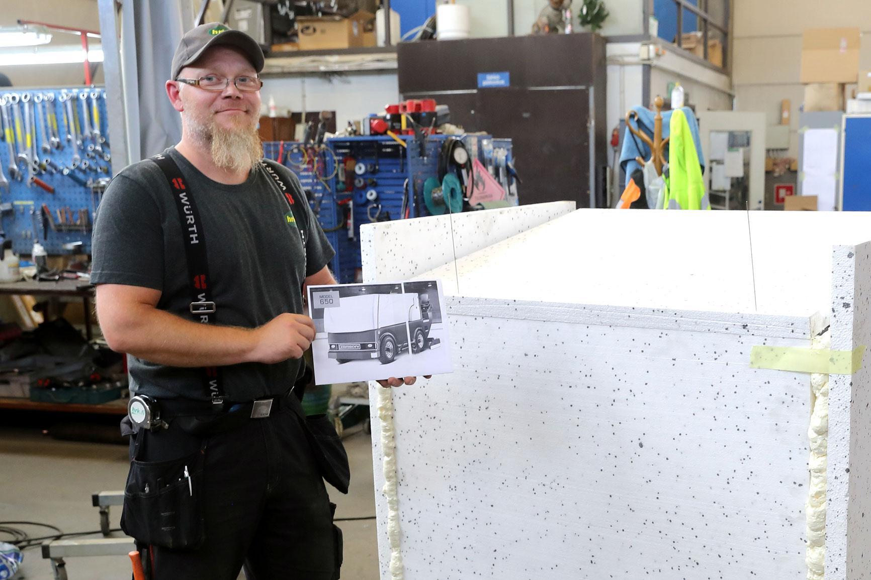 Tällainen siitä tulee valmiina, kertoo legendaarisen jäänhoitokone Zambonin kuvaa esittelevä Petri Rämänen. Mörkö Zambonin pinta on pääosin styroksia, jonka päälle asennetaan kalvot.
