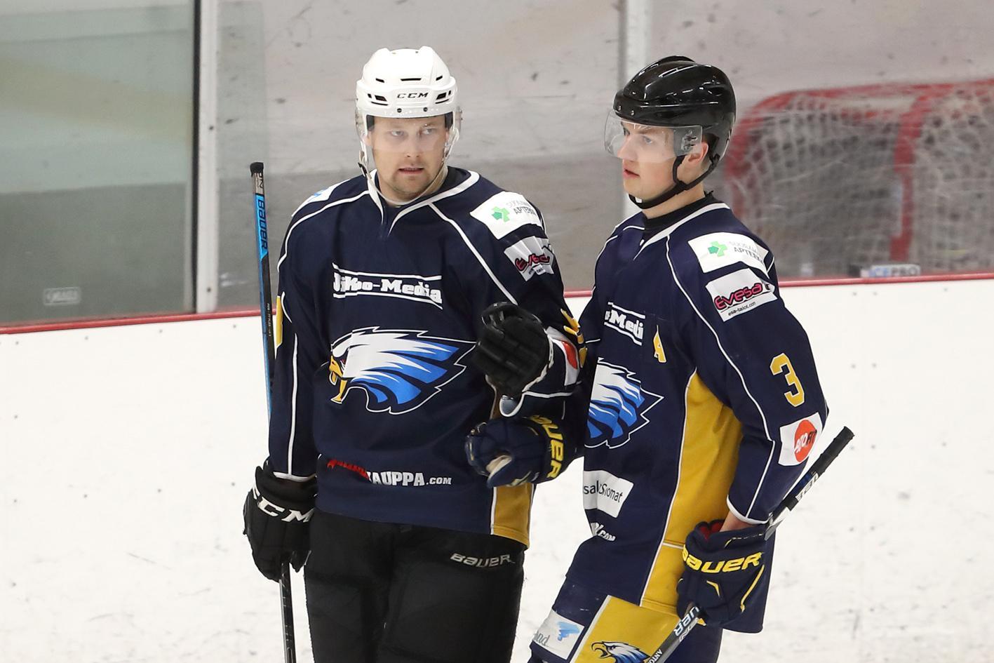 Lauri Pelkonen (vas.) iski lauantaina kaksi osumaa, onnittelijana oleva Jesse Mattila yhden.