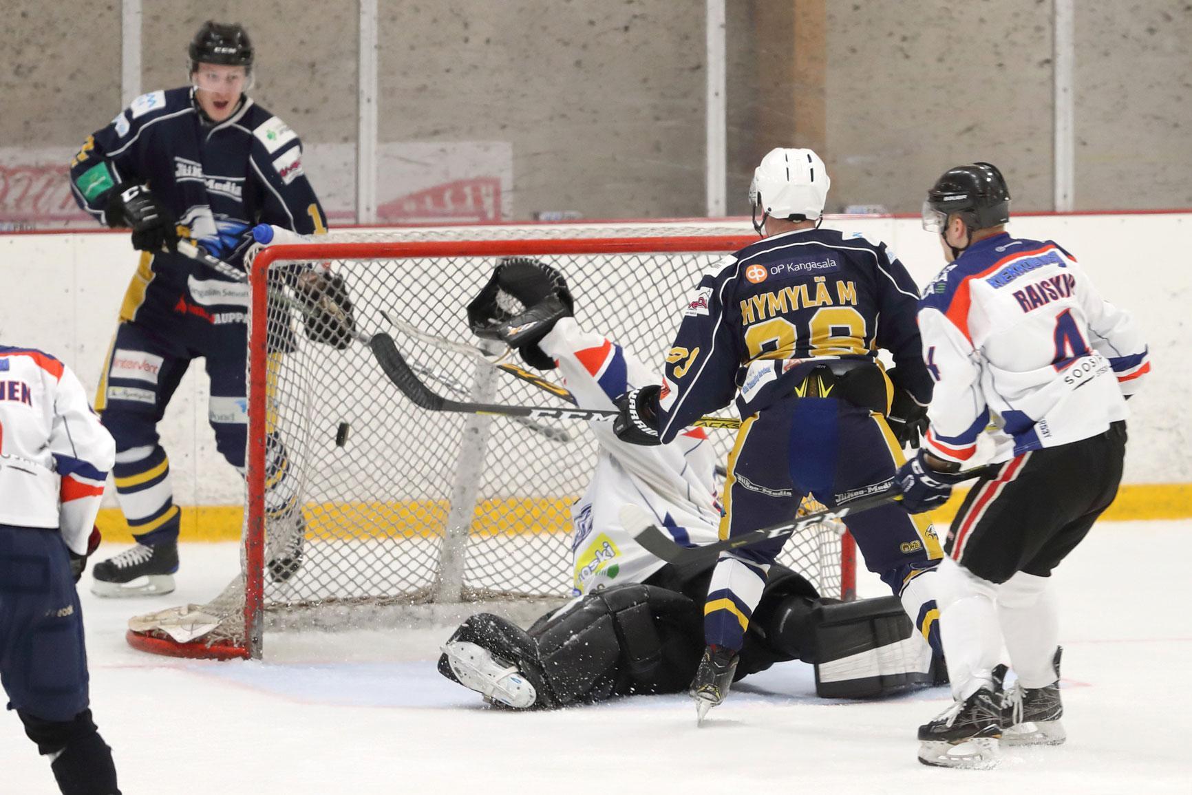 Miika Hymylä on juuri sipaissut kiekon kolmannen kerran LeKin verkkoon. Kuvassa vasemmalla juhlintaa aloittelemassa ottelussa kaksi maalisyöttöä antanut Aleksi Ruusu.
