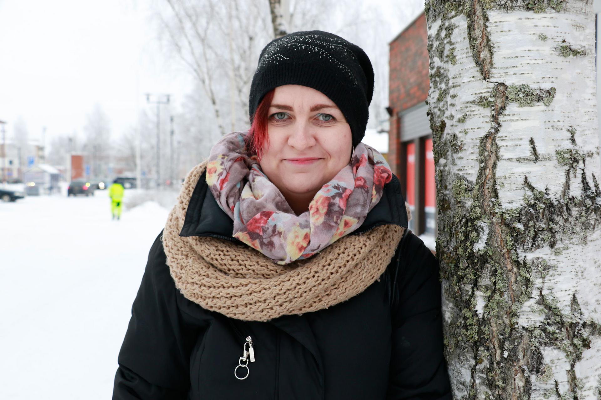 Tuulia Tanhuanpää pitää yhteyttä läheisiinsä muun muassa lähettämällä ääniviestejä.