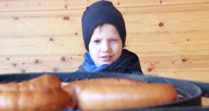 Anton Miekka odotteli makkaroiden kypsymistä Sorolan laavulla.