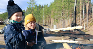 Huutijärvellä asuva Salla Tanhuanpää neuvoi 3,5-vuotiaalle Viljo-pojalleen, kuinka tikkupulla paistuu parhaiten. Tanhuanpäät olivat sunnuntairetkellä Sorolan montulla.