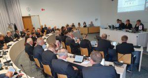 Valtuusto pukeutui maanantain kokoukseen mustiin menehtyneen valtuutetun Tuomas Bährendin muiston kunnioittamiseksi.