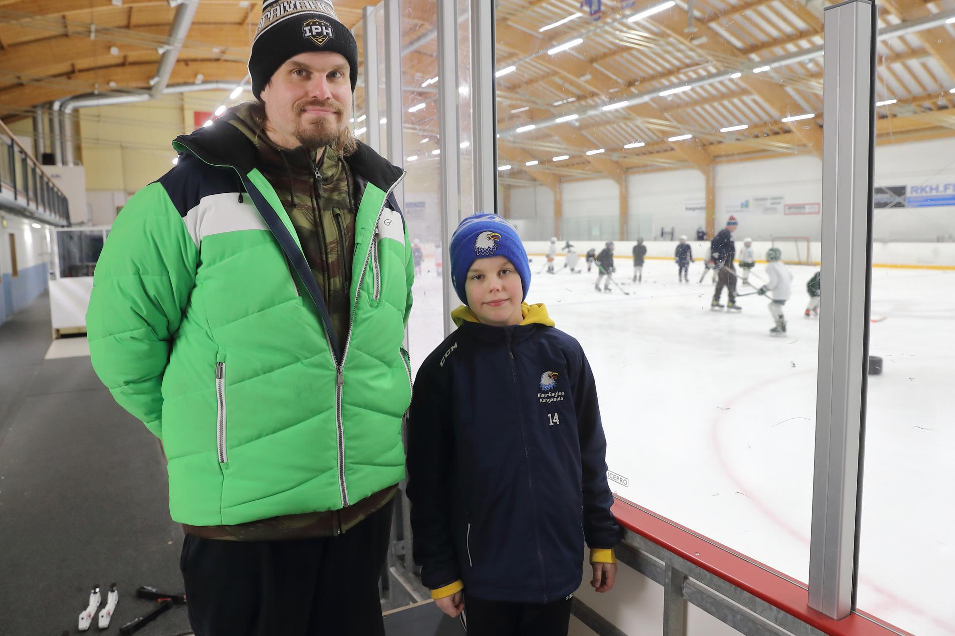 Jari Savolainen valmentaa Kisa-Eaglesin U11-joukkuetta, jossa hänen poikansa Väinö pelaa. Tosin tällä hetkellä jääkiekkoilu on pelkkää harjoittelua, sillä korona on pysäyttänyt valtaosan kiekkosarjoista.