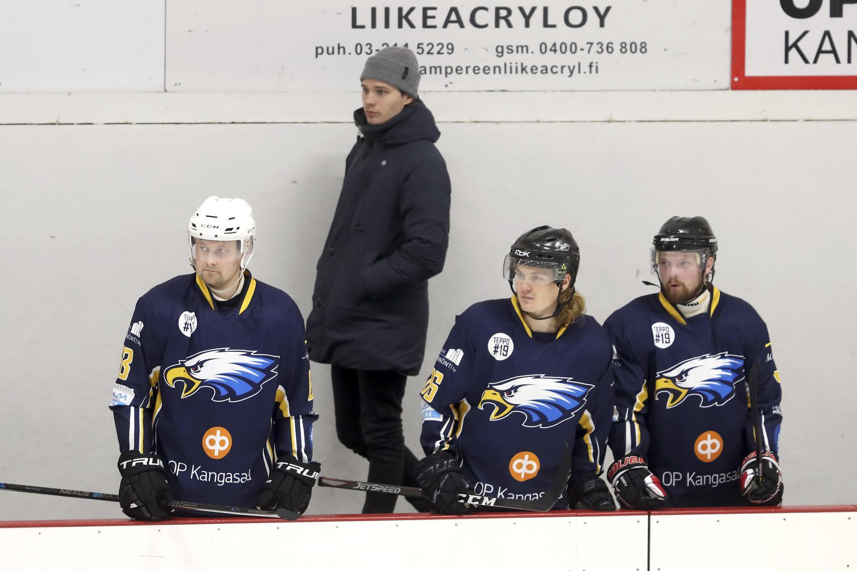 Eaglesin edustusjoukkueen kiekkoilijoilla on pitkä kesäloma, kun sarjakausi lopetettiin jo helmikuun puolivälissä. Kuvassa siviilit yllä Eagles-kapteeni Jerry Markkula, ja eturivissä Lauri Pelkonen, Teemu Kraneis sekä Janne Jaakola.