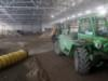 Pohjatyöt menossa. Tällä viikolla laajennusosaan on ajettu sepeliä, jonka päälle tulevat eristeet ja kaukalon betonilaatta jäädytysputkineen.