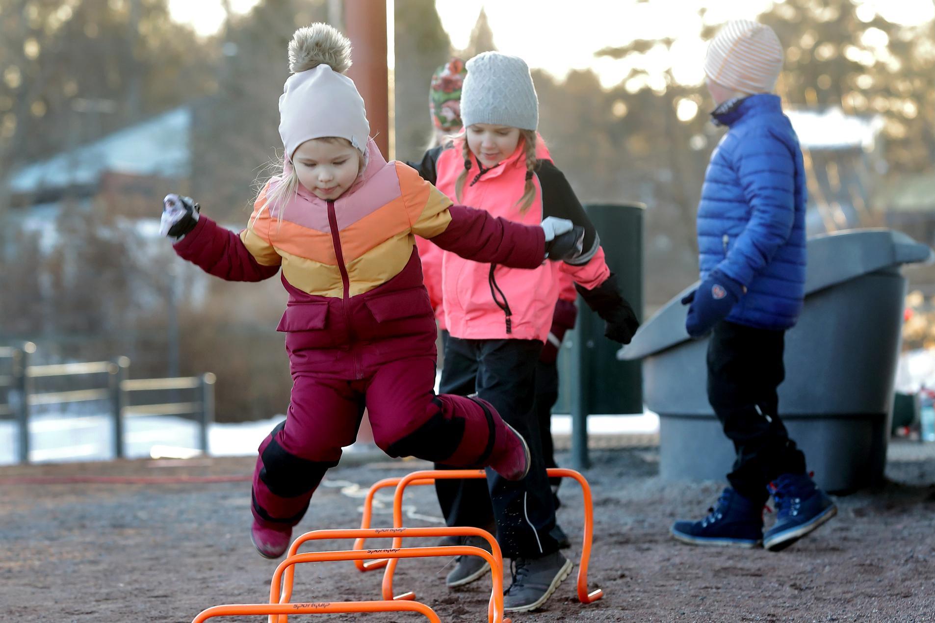 Ketterästi kuin orava metsässä. Janina Pyykkö (etualalla) viihtyy KU-68:n temppukoulussa. Janinan takana Helga Hagelberg.