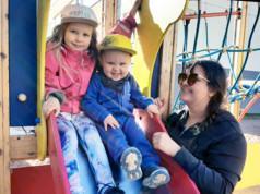 Paprika Ilmaniemi nautti aurinkoisesta ulkoilutuokiosta lastensa Aislan ja Oulan kanssa. Aisla on ensimmäisellä luokalla Suoraman koulussa. Oulan seuraava etappi on 2-vuotissyntymäpäivä heinäkuussa.