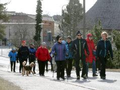 Kangasalan kansallisten seniorien kävelyryhmä nousemassa Pirtinmäelle maanantaina aamupäivällä.