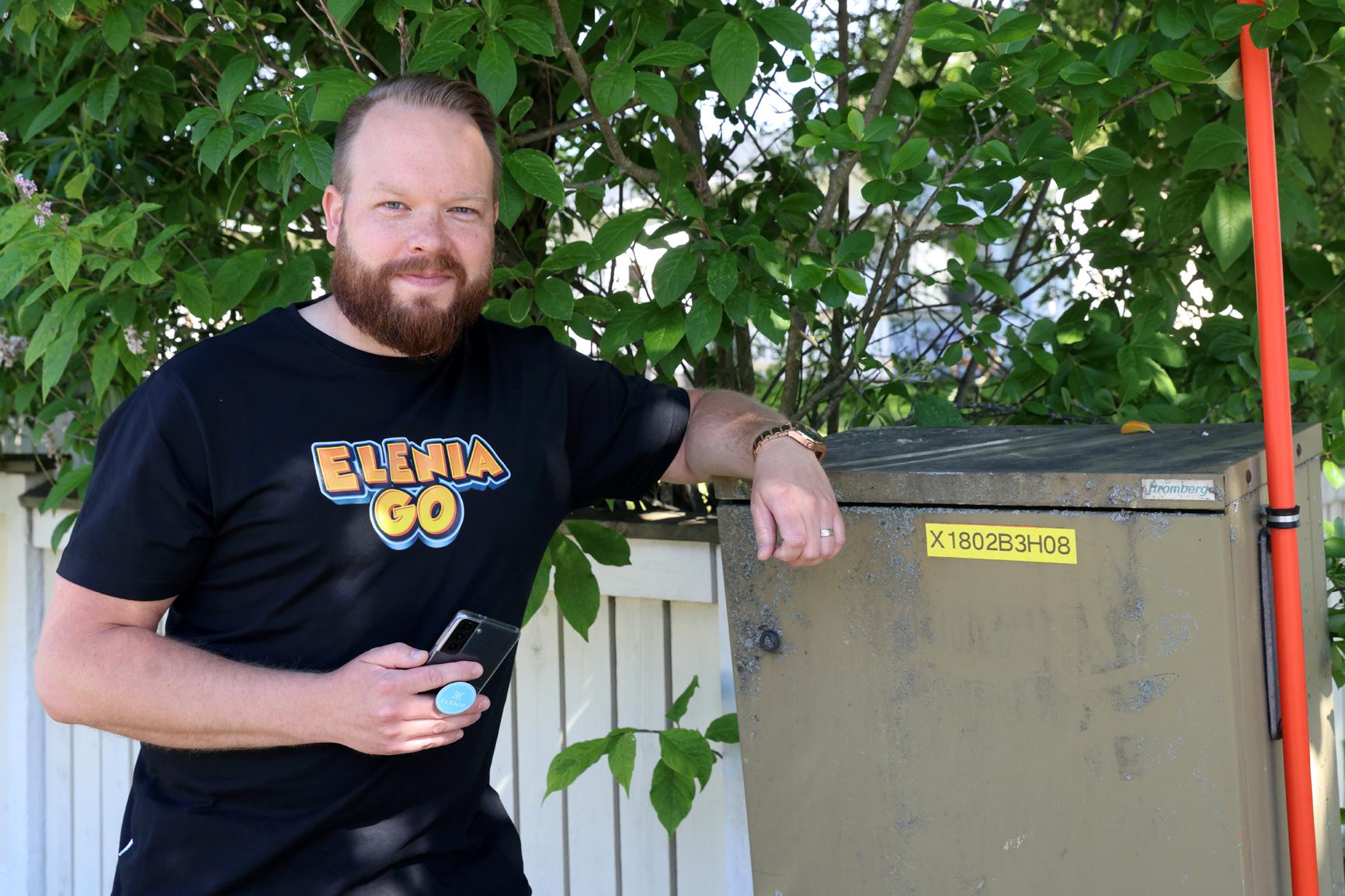 Elenian kumppanuus- ja innovaatiopäällikkö Harri Salomäki kertoo, että EleniaGO-kännykkäpelin ideana on kuvata jakokaappeja ja puistomuuntamoja. Pelaaja kerryttää pistetiliään ja Elenia saa ajantasaista tietoa kaappien sekä muuntamojen ulkoisesta kunnosta.