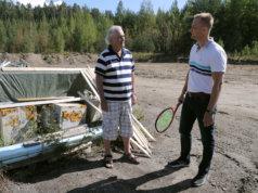 Matti Hirtolahti ja Risto Kämäräinen tontilla, jonne kuplahalli pystytetään.