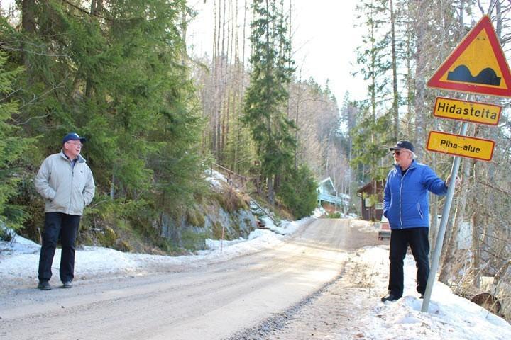 Kuuselantie on 2,8 kilometrin mittainen kapea hiekkatie. Jarmo Ojanen ja Markku Ojanen ovat asuneet Kuuselantien varrella pitkään. Kuva: KS arkisto