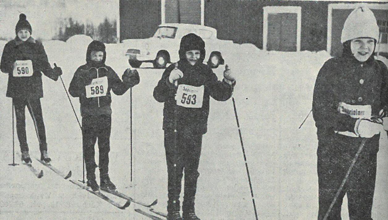 kuohenmaan koulupojat hiihtivät Roineen yli Raikkuun, nauttivat koululla Raikussa eväitään ja ovat juuri lähdössä Kuohenmaahan, Edestä Ahti Hakala, Tapio Lahtinen, Ari Kaura ja Rauno Mäntylä.