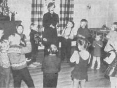 Nauru ja laulu vuorottelivat Raudanmaalla Neulaniemen Paavolan viihtyisässä pirtissä. Taustalla kotitalousneuvoja Pirkko Riepula.