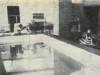 Paavo ja Kyllikki Niemelän omakotitalon keskustaan kuuluu edessä oleva uimahalli, oikealla oleva takkahuone ja takana kaunis olohuone.