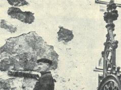 ´Onko nyt suorassa?´ kysyy liikkeenharjoittaja Eero Virsiheimo kiinnittäessään ´verikivi´ opastetta kirkkomme kuuluisimman kiven alle.
