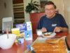 Kangasalan Sanomien entinen päätoimittaja Matti Kauhanen viettää eläkepäiviään Ilmajoella. Leppoisaan elämään kuuluu muun muassa ruoanlaitto. Savolainen ohrarieska on parasta kuumana, heti uunista otettuna, voilla voideltuna kylmän maidon kanssa. Kokeile itse!