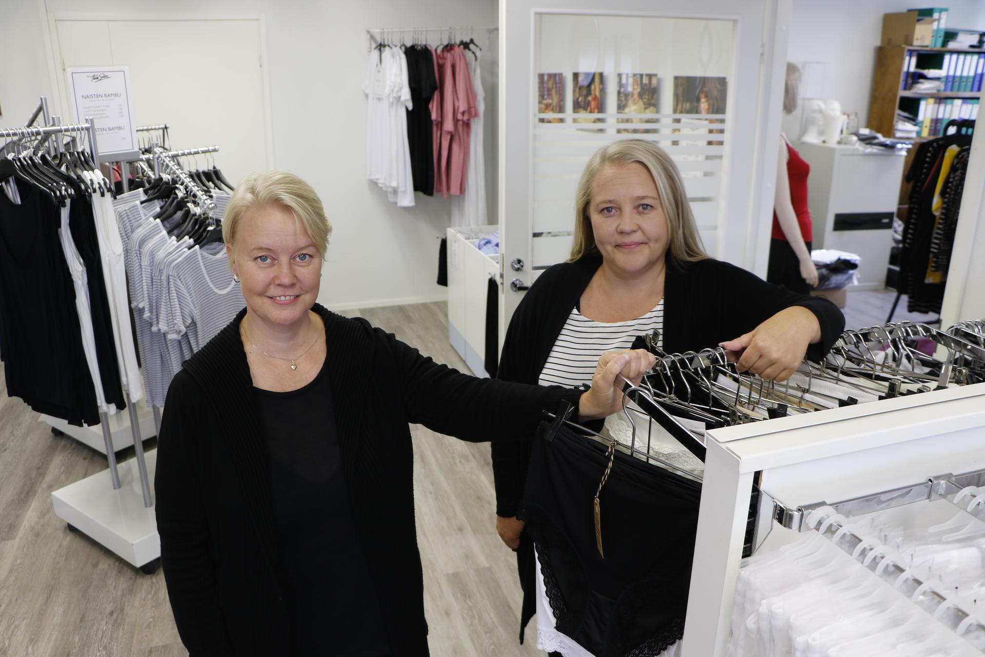 Tam-Silkin Päivi Pajunen (vas.) ja Piia Hatunen yllättyivät mainoksen aiheuttamasta julkisuudesta. Yrityksen toimitiloissa on pitänyt kiirettä, sillä tilauksia on tullut koko kuukauden edestä.