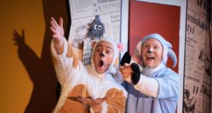 Linnateatterin esitys Mauri Kunnaksen Etusivun juttu! vie lehden tekemisen maailmaan. Kuva: Linnateatteri / Peter Sebastian