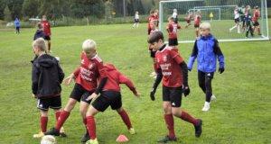 FCK:n P12-sarjassa pelannut joukkue harjoittelemassa seuraavaksi koitokseen vuotta vanhempia vastaan.