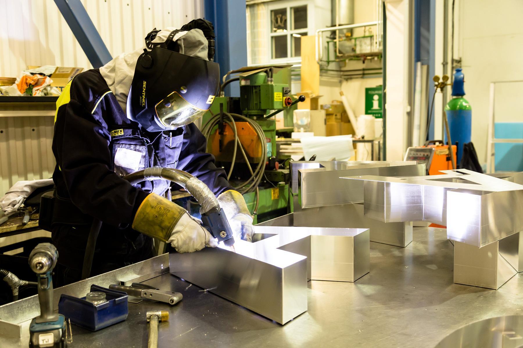 Neonelektrolla Kangasalla syntyy monia katukuvasta tuttuja valomainoksia.