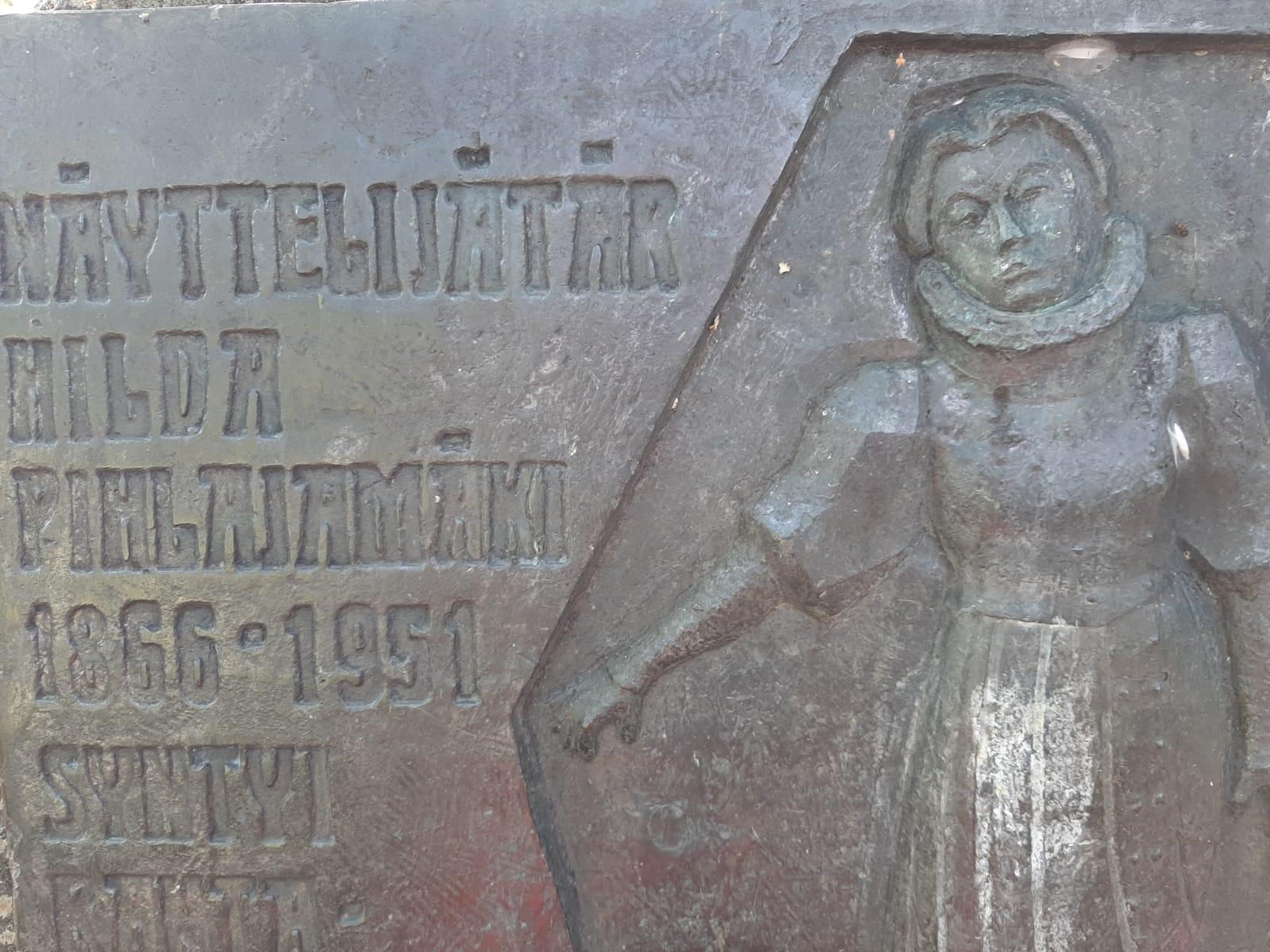 Kangasalta lähtöisin olevan Hilja Pihlajamäen muistolaatta löytyy Rantakoivistosta.