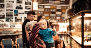 Seikkailuja harjumaastossa, polkuautoilua liikennepuistossa, lintubongausta, polskuttelua altaassa tai järvessä, herkuttelua, elokuvia ja teatteria. Kangasala on täynnä tekemistä ja toimintaa lapsille ja perheille. Kuva: Tiia Ennala, Visit Kangasala