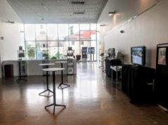 Näyttely koostuu kuva- ja tekstiaineistosta, isoilla näytöillä pyörivistä videoista sekä oppimisen tukena käytetyistä vanhoista tieto- ja viestintätekniikan työvälineistä. Kuva: Heikki Mäenpää