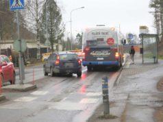 Tiukat tilanteet ajoratapysäkeillä ovat tuttu näky. Kuva on otettu Nattarin keskustastasta. Kuva: Pekka Kaarna.