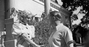Vääksyn kartanolla Kangasalla kesällä 1936 kuvatussa elokuvassa Arja Lumian roolissa Ansa Ikonen ja insinööri Heikki Alhoa näytellyt Kaarlo Kytö. Kuva: elonet.finna.fi
