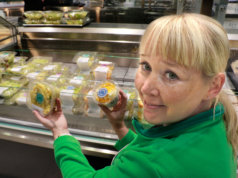 Ryhmäjohtaja Anni Valtasen mukaan Kangasalan Prisman toimintaa kehitetään vastaamaan asiakkaiden toiveita. Uudelta ruokatorilta on helppo ostaa mukaan vaikka kokonainen ateria salaatteineen ja jälkiruokineen. Kuvauksen ajan Valtanen oli ilman kasvomaskia.