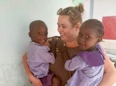 Koulut menivät Gambiassa kiinni päivän varoajalla. – Valitettavasti en ehtinyt hyvästelemään oppilaita ja opettajia. Luulen, että lapset ovat ihmeissään kaikesta tapahtuneesta, sillä en tiedä kuinka heidän kanssaan asiaa on käsitelty, pohtii Anniina Ahlholm ympärillään esikoululaisia. Kuva: Tanja Sowe