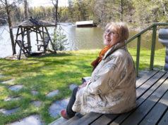 Annukka Lintulahti aikoo nauttia kesästä ja vapaudesta Vesijärven rantamaisemissa. Jos tekemisen puute yllättää, hän ottaa raivaussahan mukaansa ja suuntaa lapsuudestaan tuttuihin kotimetsiin.