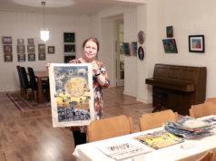 Galleria Art Villa Armas on yksi Kangasalla sijaitsevista taidegallerioista. Siellä on 13.12. asti esillä naivistien näyttely. Nähtävillä on muun muassa Maija Kanervan töitä, kertoo galleristi Auli Tikkala. Hän pitää virtuaaligalleriaa hyvänä ajatuksena.