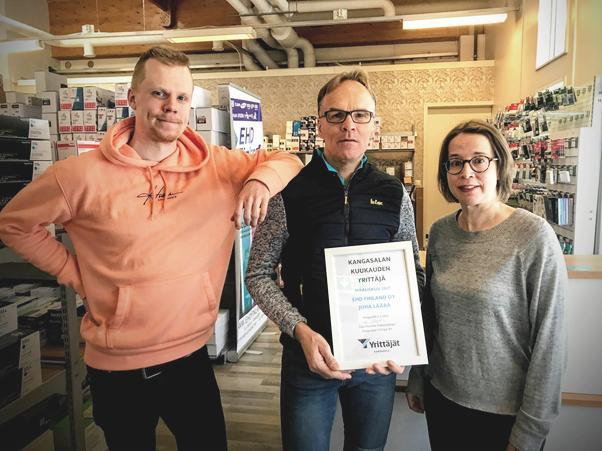 Maaliskuun 2021 Kangasalan Yrittäjä Juha Läärä, EHD Finland Oy (keskellä), vasemmalla Patrik Läärä ja oikealla Tiina Malm. Kuva & konsepti: Harjula Production Ltd