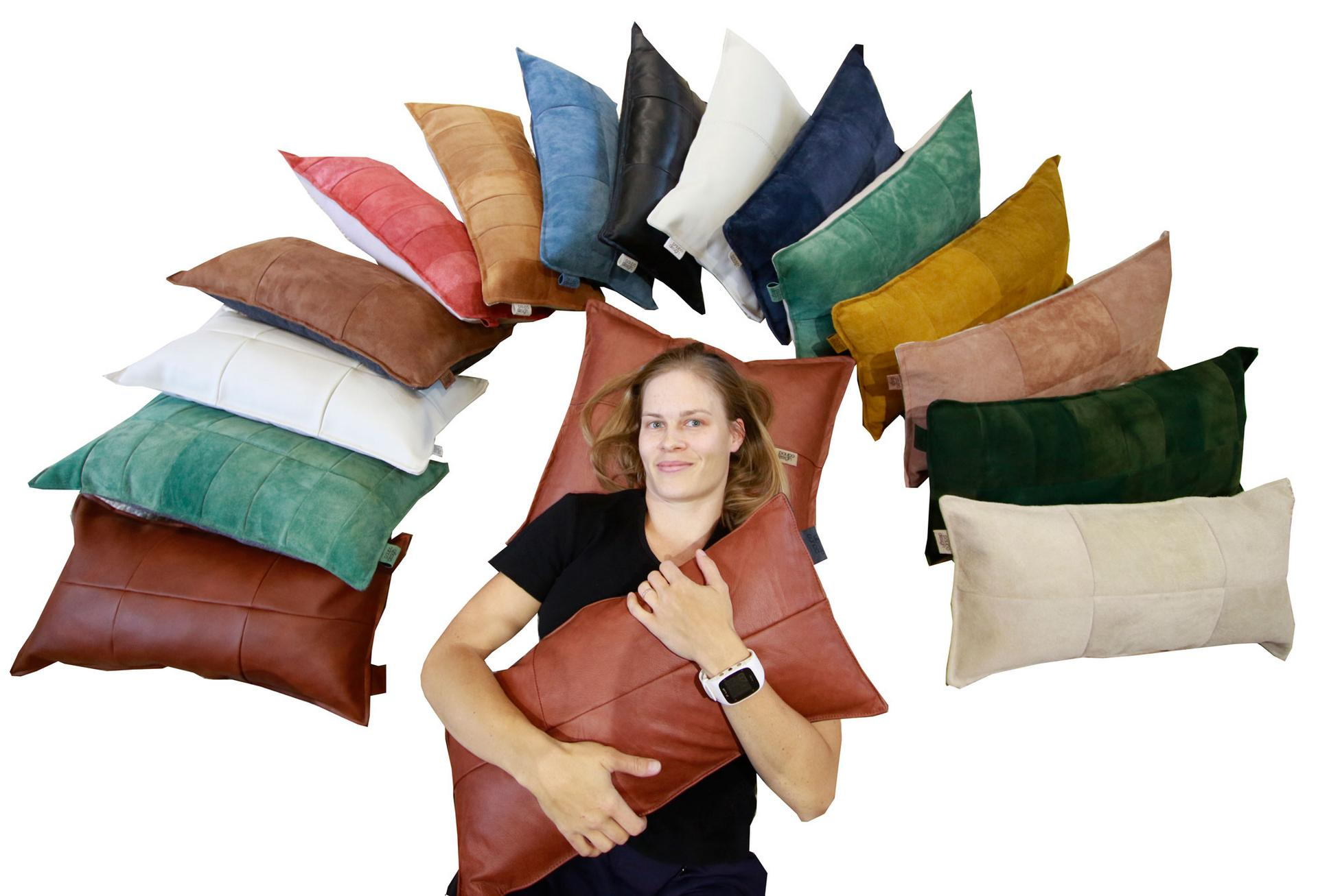 Leena Murasen mukaan materiaalin uudelleenajattelu on tulevaisuutta kaikessa suunnittelussa. Paupo Designin tyynyt syntyvät pääosin kirpputoreilta, kierrätyskeskuksista ja roskalavoilta hankituista materiaaleista.