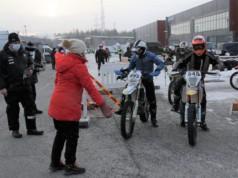 Kangasalan valtuuston puheenjohtaja Hanna Laine lähetti ensimmäisenä startanneet Pasi Sintosen ja Leevi Ritarin kilpailureitille.