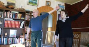Jouko Tapanila jumppaa Helena-vaimonsa kanssa. Pariskunta sanoo viihtyvänsä kotona kahdestaan vallan mainiosti. He tekevät yhdessä kaiken, minkä voivat.