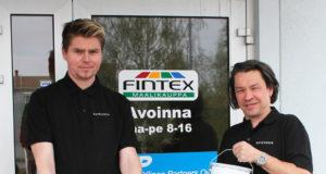 Fintex-Tetrakemin tehtaanmyymälä palvelee asiakkaitaan Lentolassa arkisin. Maalia saa isompiin ja pienempiin tarpeisiin, näyttävät Pasi Heinonen ja Jukka Petäjistö.
