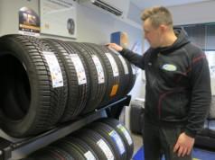 Matti Heikkilä sanoo, että uusiin renkaisiin on syytä vaihtaa, kun kilometrejä on takana 30 000-40 000.