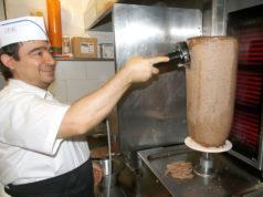 Dritan Mullaj työskenteli nelisen vuotta pietarsaarelaisessa lihajalostamossa, jossa hän osallistui muun muassa pitsa- ja kebabravintolatuotteiden kehitystyöhön. Nyt miehen oman ravintolan vartaassa kypsyy tuttu tuote.